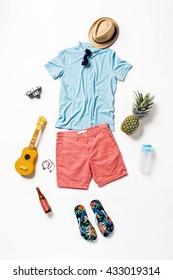 colaj de colecție de îmbrăcăminte și accesorii pentru bărbați. Overhead de esențiale om tânăr în vacanță. Costum de vară de om casual, aparat de fotografiat, ochelari de soare.