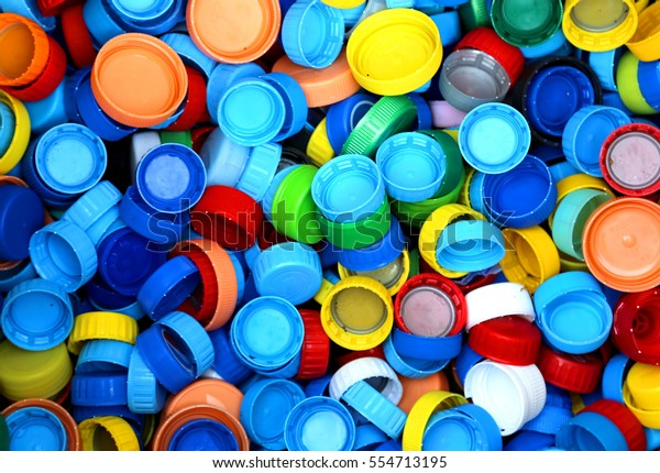 collecte de nombreuses capsules en plastique pour le recyclage de la matière