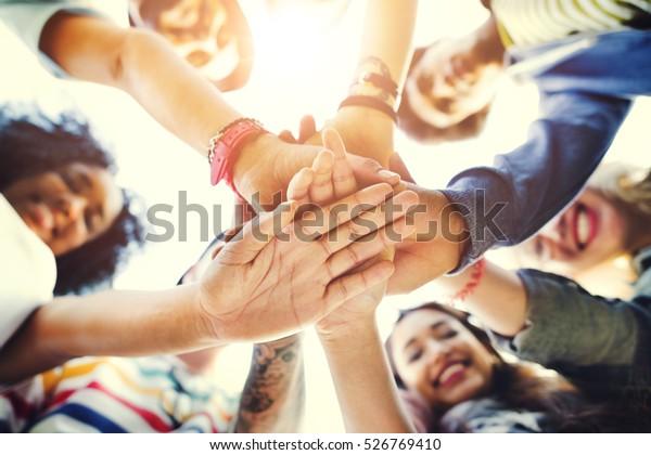 College-Studenten Teamwork-Stapelhandkonzept
