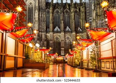 the Cologne cathedral christmas maket in the night