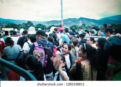 Cúcuta, Colombia. 24 of April, 2019.   Thousands of venezuelans enter their country by the Simón Bolívar international bridge after spending all day in Colombia.