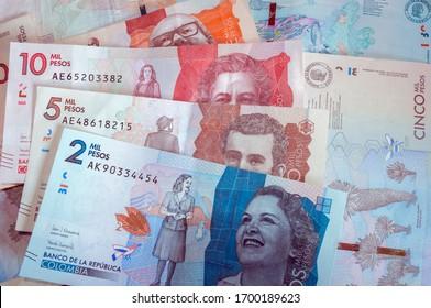 Billetes colombianos de la nueva edición. Dinero colombiano, papel moneda, efectivo. Billetes de Colombia de dos quinientos y veinte mil pesos