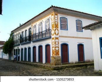 Colonial houses with ornaments Masons on the facade, pavement's foot kid in the historic center of Paraty, Rio de Janeiro, Brazil, in 2018.