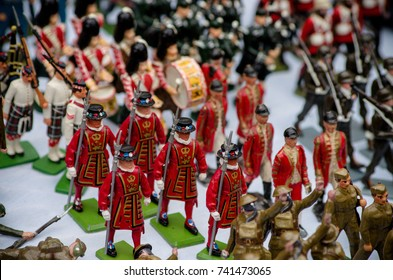 Colored metal small soldiers for sale om the banquets of Portobello Market