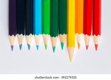 colored pencils arranged in rainbow color