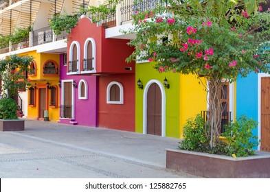 Colorido edificio de apartamentos en Puerto Vallarta, México.