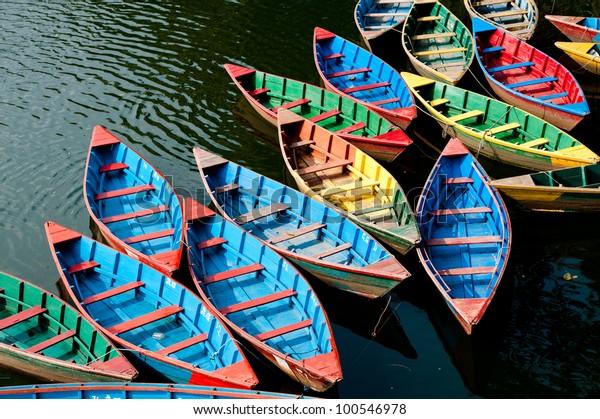 bateaux colorés dans le lac Phewa, Népal