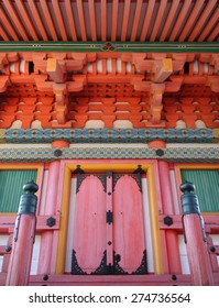 Colorful entry door to a pagoda (Kiyomizu dera, Kyoto)