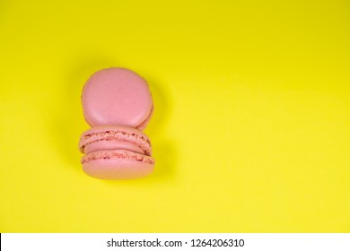 Colorful french macarons isolated on yellow background. Pastel colors - Imagen