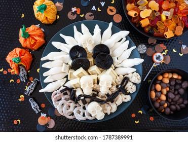 Bonbons d'Halloween colorés arrangés en forme de crâne