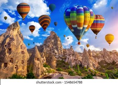 Un colorido globo aerostático sobrevolando Cappadocia, Turquía.