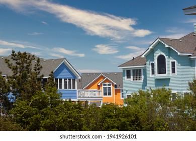 Des maisons colorées attendent les visiteurs à Corolla sur les rives extérieures de la Caroline du Nord.  C'est une destination touristique populaire.