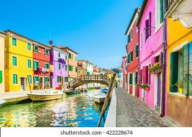 Casas coloridas en la isla de Burano cerca de Venecia, Italia