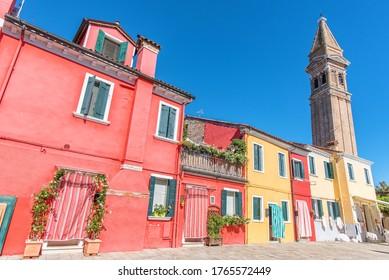 イタリアのベネチアの近くのブラノ島の水道沿いのカラフルな家