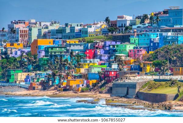 Des maisons colorées bordent la colline et surplombent la plage de San Juan, Porto Rico.