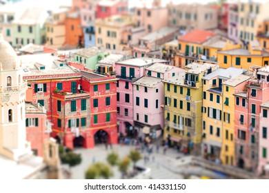 Farbige Häuser von Vernazza mit Kippverschiebung. Cinque Terre. Italien