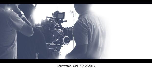 Farbige Bilder von hinter den Kulissen Shooting-Team und HD-Videokamera-Ausrüstung im Studio, einschließlich Stativ, Soft Box Light, Monitore, Linse für Film- oder Film- oder Broadcast-Produktion