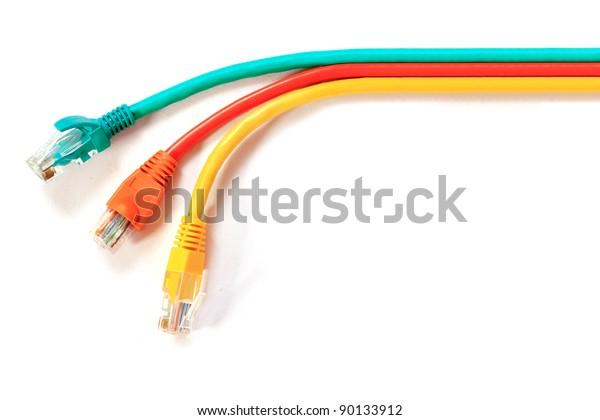 Farbiges LAN-Telekommunikationskabel RJ45 einzeln auf weißem Hintergrund