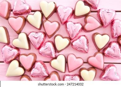 chocolates de leche con formas cardíacas y rosadas