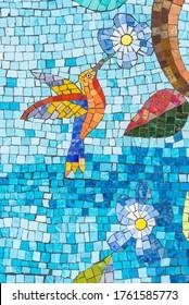 Farbige Mosaikkunst, Nahaufnahme von Hummingbird. Keramikfliesen mit Blume und Vogel.