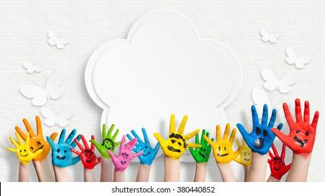 kolorowe malowane ręce przed zdobione ściany z kwiatkiem i motyli