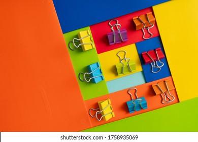 farbiges Papier mit Clips, Stillleben
