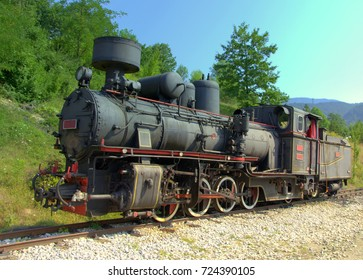 Colorful photo of a old locomotive with wagons