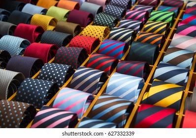 Bunte Krawatte-Kollektion im Herrengeschäft