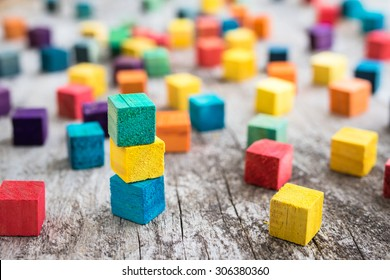 Farbige Holzbausteine. Selektiver Fokus