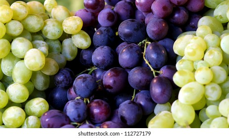 Colors of grapes Description: Red and white grapes