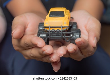 The colour yellow toy car ngonmue women to protect  insurance  The concept of waiver of car collisions with posture, prevention and protection of the car icon, car, concept, new truck business gift