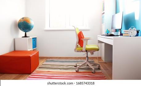 Farbige Kinderzimmer mit weißen Wänden und Möbeln