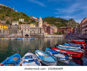 Colourful houses and boats in the fishing port of Vernazza, UNESCO World Heritage Site, Cinque Terre National Park, Vernazza, Liguria, Italy, Europe, 12. September 2018