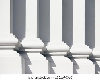 Details zur schattenspendenden klassischen Gebäudearchitektur in Spalten