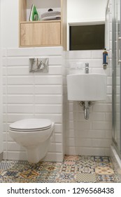 Combined contemporary white bathroom with toilete.