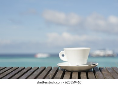 A comfortable holiday Acquiring the sea to experience nature. Keeps your mind happy if you have a cup of your favorite drink. More perfect. It will be a wonderful day.