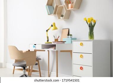 Lugar de trabajo confortable con muebles y lámparas de madera