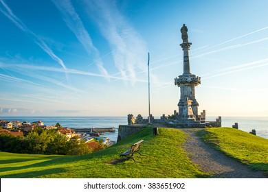 Comillas marquis Denkmal mit Blick auf das kantabrische Meer und den blauen Himmel. Comillas, Provinz Santander, Spanien