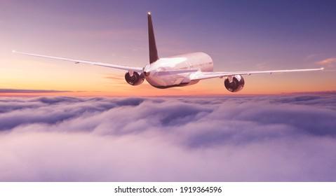 Gewerblicher Jetliner, der bei schönem Licht über dramatischen Wolken fliegt. Reisekonzept.