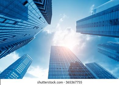 Häufig moderne Wolkenkratzer, Hochhäuser, Architektur, die zum Himmel hochzieht, Sonne. Konzepte der Finanzen, der Wirtschaft, der Zukunft usw.