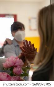 Kommunikation durch Glaswand.Eine Phase der weltweiten Grippepandemie. Suchen Sie nach besseren Morgen.