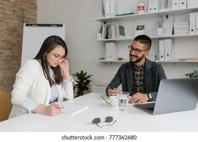 Unternehmensrekrutierer, der die Fähigkeiten eines Bewerbers in einem Bewerbungsgespräch bewertet