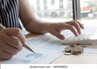 The company's female accountant is checking the company's financial account. Use the calculator to calculate income and expenses.