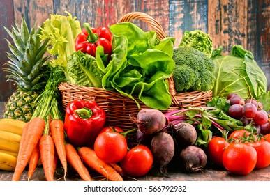 Composition avec un assortiment de légumes bio crus. régime de désoxyde