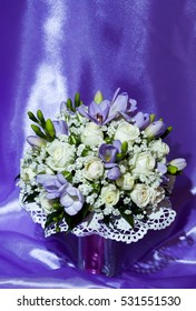 The composition of the bouquet and wedding rings close up