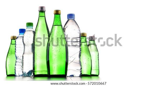 Složení s různými druhy lahví obsahujících minerální vodu izolovanou na bílé