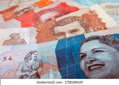 Composición con varios billetes colombianos. Dinero de papel, efectivo. Billete de dos mil pesos colombianos. Dinero actual.
