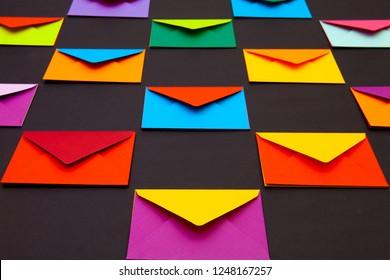テーブルの上に白と色の付いた封筒を持つコンポジション。様々な祝日や記念日に適した写真。