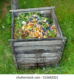 Superbe Compost Bin In The Garden. Composting Pile Of Rotting Kitchen Fruits And  Vegetable Scraps