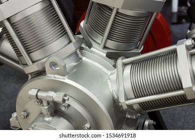 Compressor for pumping liquefied gas. Star-shaped arrangement of cylinders. Piston cylinders have powerful fins.